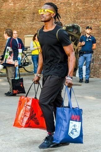 Cómo combinar una camiseta con cuello circular negra: Equípate una camiseta con cuello circular negra con un pantalón chino negro para cualquier sorpresa que haya en el día. ¿Quieres elegir un zapato informal? Completa tu atuendo con deportivas azul marino para el día.
