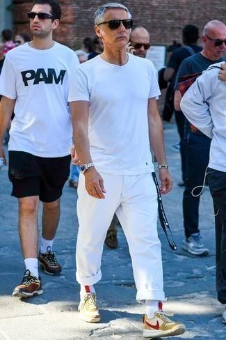 Cómo combinar una camiseta con cuello circular blanca: Usa una camiseta con cuello circular blanca y un pantalón chino blanco para una vestimenta cómoda que queda muy bien junta. Deportivas amarillas contrastarán muy bien con el resto del conjunto.