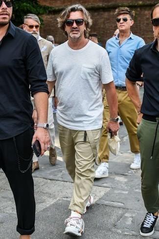 Cómo combinar unas gafas de sol morado oscuro: Equípate una camiseta con cuello circular blanca con unas gafas de sol morado oscuro para un look agradable de fin de semana. ¿Te sientes valiente? Opta por un par de deportivas blancas.
