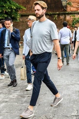 Cómo combinar una camiseta con cuello circular gris: Intenta ponerse una camiseta con cuello circular gris y un pantalón chino azul marino para un almuerzo en domingo con amigos. ¿Quieres elegir un zapato informal? Elige un par de deportivas grises para el día.