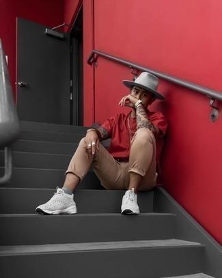 Cómo combinar unas deportivas grises: Intenta combinar una camiseta con cuello circular roja junto a un pantalón chino marrón claro para lidiar sin esfuerzo con lo que sea que te traiga el día. ¿Quieres elegir un zapato informal? Opta por un par de deportivas grises para el día.