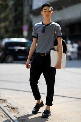 Cómo combinar: camiseta con cuello circular estampada en azul marino y blanco, pantalón chino negro, mocasín con borlas de cuero negro, correa de cuero negra