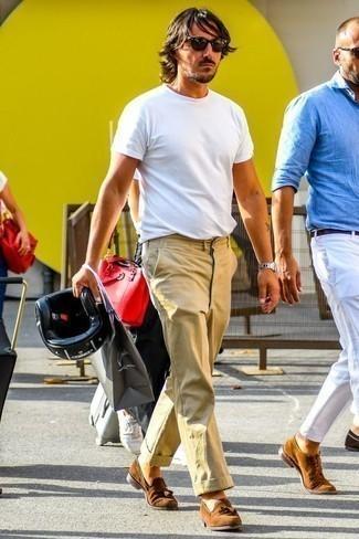 Cómo combinar un pantalón chino con un mocasín con borlas: Elige una camiseta con cuello circular blanca y un pantalón chino para cualquier sorpresa que haya en el día. Luce este conjunto con mocasín con borlas.