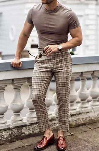 Cómo combinar un pantalón chino de tartán en beige: Intenta ponerse una camiseta con cuello circular marrón claro y un pantalón chino de tartán en beige para conseguir una apariencia relajada pero elegante. ¿Te sientes valiente? Elige un par de mocasín con borlas de cuero burdeos.