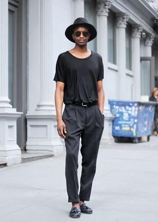Cómo combinar unos zapatos de vestir en clima caliente: Ponte una camiseta con cuello circular negra y un pantalón chino en gris oscuro para cualquier sorpresa que haya en el día. Con el calzado, sé más clásico y usa un par de zapatos de vestir.