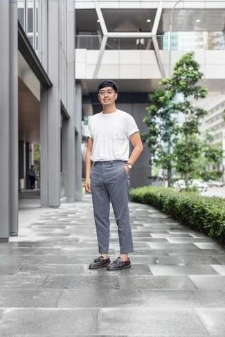 Cómo combinar unos zapatos de vestir en clima caliente: Empareja una camiseta con cuello circular blanca junto a un pantalón chino gris para lidiar sin esfuerzo con lo que sea que te traiga el día. Con el calzado, sé más clásico y haz zapatos de vestir tu calzado.