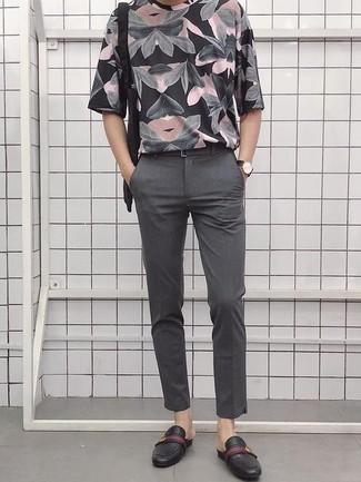 Outfits hombres: Utiliza una camiseta con cuello circular estampada negra y un pantalón chino gris para una apariencia fácil de vestir para todos los días. ¿Te sientes ingenioso? Dale el toque final a tu atuendo con mocasín de cuero negro.