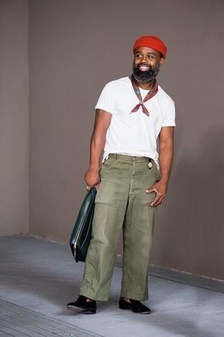 Cómo combinar un portafolio de cuero verde oliva: Una camiseta con cuello circular blanca y un portafolio de cuero verde oliva son una opción atractiva para el fin de semana. ¿Te sientes valiente? Opta por un par de mocasín de terciopelo negro.