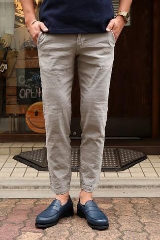 Cómo combinar un pantalón chino de lino en beige: Casa una camiseta con cuello circular azul marino con un pantalón chino de lino en beige para conseguir una apariencia relajada pero elegante. ¿Por qué no ponerse mocasín de cuero azul marino a la combinación para dar una sensación más clásica?