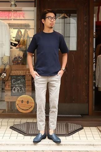 Cómo combinar un pantalón chino de lino en beige: Intenta combinar una camiseta con cuello circular azul marino con un pantalón chino de lino en beige para una vestimenta cómoda que queda muy bien junta. ¿Te sientes valiente? Complementa tu atuendo con mocasín de cuero azul marino.