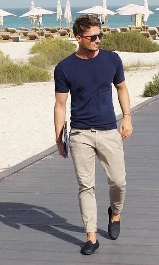 Cómo combinar un pantalón chino en beige: Para un atuendo que esté lleno de caracter y personalidad haz de una camiseta con cuello circular azul marino y un pantalón chino en beige tu atuendo. Con el calzado, sé más clásico y elige un par de mocasín de lona azul marino.