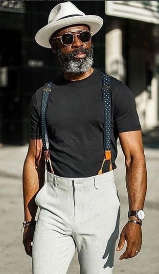 Cómo combinar: camiseta con cuello circular negra, pantalón chino gris, sombrero blanco, gafas de sol negras