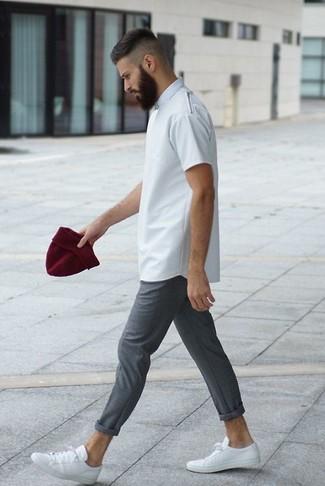 Cómo combinar un gorro rojo en verano 2020: Intenta ponerse una camiseta con cuello circular blanca y un gorro rojo para un look agradable de fin de semana. Con el calzado, sé más clásico y opta por un par de tenis de cuero blancos. Es un atuendo bellísimo a copiar para los días de verano.