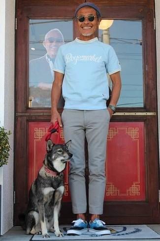 Cómo combinar: camiseta con cuello circular estampada celeste, pantalón chino gris, tenis en turquesa, gorro azul marino