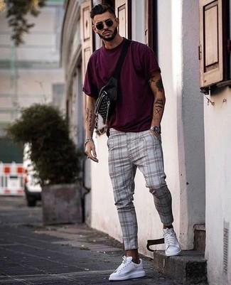 Cómo combinar: camiseta con cuello circular morado, pantalón chino de tartán gris, tenis de cuero blancos, riñonera negra