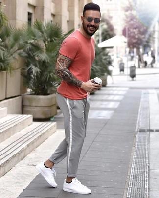 Look de moda: Camiseta con cuello circular roja, Pantalón chino gris, Tenis de cuero blancos, Gafas de sol grises
