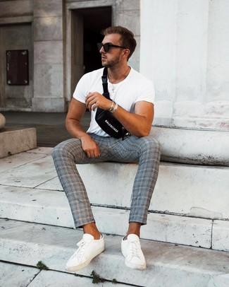 Cómo combinar una pulsera plateada: Utiliza una camiseta con cuello circular blanca y una pulsera plateada para un look agradable de fin de semana. ¿Por qué no ponerse tenis de cuero blancos a la combinación para dar una sensación más clásica?