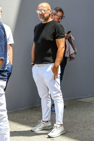 Outfits hombres: Ponte una camiseta con cuello circular negra y un pantalón chino blanco para una vestimenta cómoda que queda muy bien junta. Tenis blancos son una opción atractiva para complementar tu atuendo.