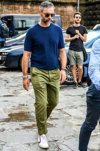 Outfits hombres: Empareja una camiseta con cuello circular azul marino con un pantalón chino verde oliva para un almuerzo en domingo con amigos. Un par de tenis en blanco y rojo se integra perfectamente con diversos looks.