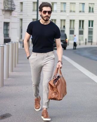 Cómo combinar unas gafas de sol en marrón oscuro: Equípate una camiseta con cuello circular negra junto a unas gafas de sol en marrón oscuro para un look agradable de fin de semana. Luce este conjunto con tenis de cuero en tabaco.