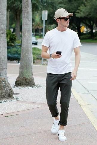 Cómo combinar un pantalón chino verde oscuro: Elige una camiseta con cuello circular blanca y un pantalón chino verde oscuro para cualquier sorpresa que haya en el día. Tenis de cuero en blanco y negro son una opción inmejorable para complementar tu atuendo.