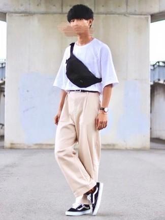 Cómo combinar un pantalón chino en beige para hombres adolescentes: Intenta ponerse una camiseta con cuello circular blanca y un pantalón chino en beige para una apariencia fácil de vestir para todos los días. Tenis de lona en negro y blanco son una opción inigualable para complementar tu atuendo.