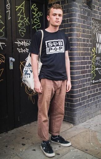 Cómo combinar un pantalón chino marrón para hombres de 20 años: Ponte una camiseta con cuello circular estampada en negro y blanco y un pantalón chino marrón para cualquier sorpresa que haya en el día. Tenis de lona en negro y blanco son una opción estupenda para complementar tu atuendo.