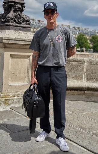 Cómo combinar un bolso baúl de cuero negro para hombres de 40 años: Una camiseta con cuello circular estampada gris y un bolso baúl de cuero negro son una opción incomparable para el fin de semana. Con el calzado, sé más clásico y complementa tu atuendo con tenis de lona blancos.