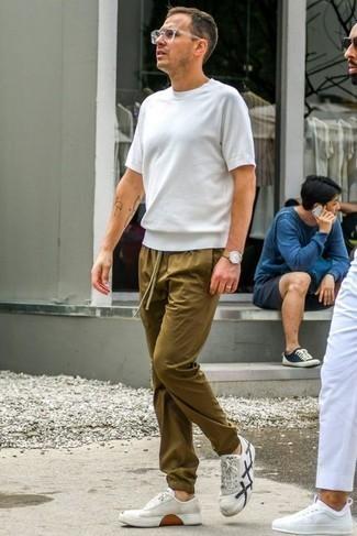 Cómo combinar un reloj de cuero marrón claro: Una camiseta con cuello circular blanca y un reloj de cuero marrón claro son una opción buena para el fin de semana. Luce este conjunto con tenis de lona en blanco y azul marino.
