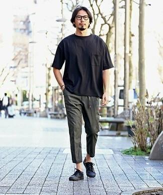 Outfits hombres: Considera emparejar una camiseta con cuello circular negra con un pantalón chino en gris oscuro para un almuerzo en domingo con amigos. Tenis de cuero negros son una opción perfecta para complementar tu atuendo.
