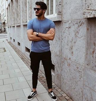 Cómo combinar unas gafas de sol en violeta: Considera ponerse una camiseta con cuello circular azul y unas gafas de sol en violeta transmitirán una vibra libre y relajada. Con el calzado, sé más clásico y usa un par de tenis de lona en negro y blanco.