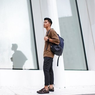 Cómo combinar una mochila de lona azul marino: Para un atuendo tan cómodo como tu sillón considera emparejar una camiseta con cuello circular marrón claro con una mochila de lona azul marino. Con el calzado, sé más clásico y completa tu atuendo con tenis de cuero en marrón oscuro.