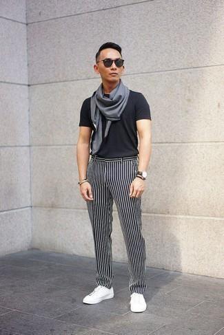 Como Combinar Unos Tenis Blancos Con Unos Pantalones De Rayas Verticales En Negro Y Blanco Para Hombres De 20 Anos En Verano 2021 10 Outfits Lookastic Espana
