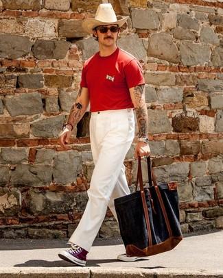 Cómo combinar: camiseta con cuello circular roja, pantalón chino blanco, zapatillas altas de lona morado, bolsa tote de lona azul marino