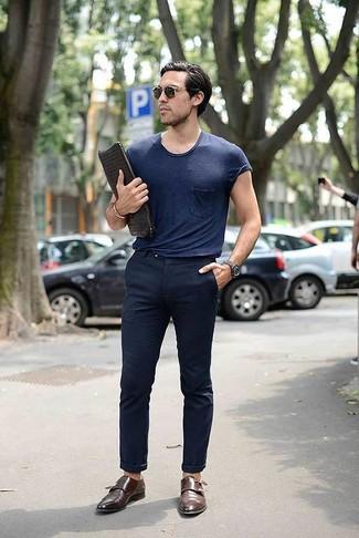 Cómo combinar: camiseta con cuello circular azul marino, pantalón chino azul marino, zapatos con doble hebilla de cuero marrónes, bolso con cremallera de cuero tejido negro