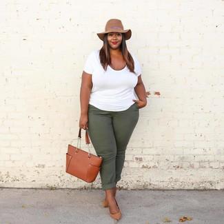 Cómo combinar: camiseta con cuello circular blanca, pantalón chino verde oscuro, zapatos de tacón de cuero marrón claro, bolsa tote de cuero en tabaco