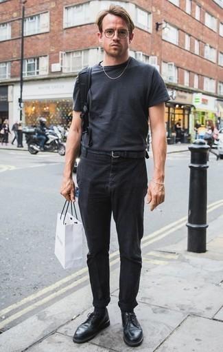Cómo combinar una correa de lona tejida gris: Elige una camiseta con cuello circular en gris oscuro y una correa de lona tejida gris transmitirán una vibra libre y relajada. Con el calzado, sé más clásico y haz zapatos derby de cuero negros tu calzado.