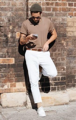 Cómo combinar unos zapatos derby de cuero blancos: Empareja una camiseta con cuello circular marrón claro con un pantalón chino blanco para un look diario sin parecer demasiado arreglada. Complementa tu atuendo con zapatos derby de cuero blancos para mostrar tu inteligencia sartorial.