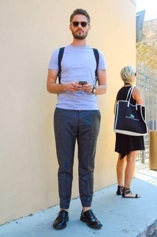Cómo combinar una mochila de lona azul marino: Emparejar una camiseta con cuello circular celeste con una mochila de lona azul marino es una opción perfecta para el fin de semana. Con el calzado, sé más clásico y opta por un par de zapatos derby de cuero negros.