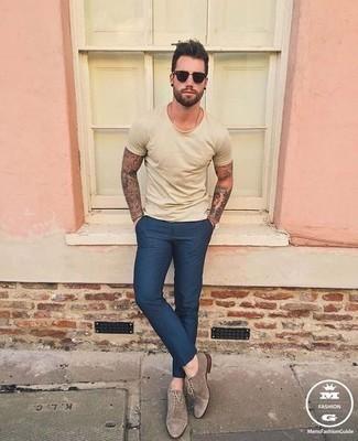 Cómo combinar una camiseta con cuello circular marrón claro: Utiliza una camiseta con cuello circular marrón claro y un pantalón chino azul marino para conseguir una apariencia relajada pero elegante. Con el calzado, sé más clásico y elige un par de zapatos oxford de ante marrónes.