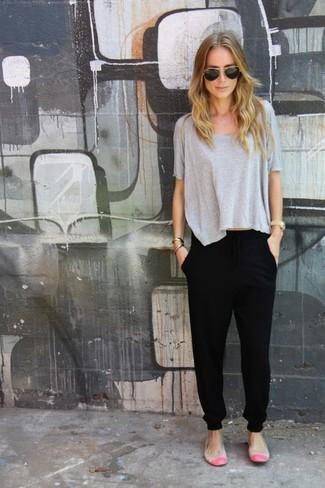 Equípate una camiseta con cuello circular gris con un pantalón de chándal negro para un look agradable de fin de semana. Agrega bailarinas de cuero grises a tu apariencia para un mejor estilo al instante.