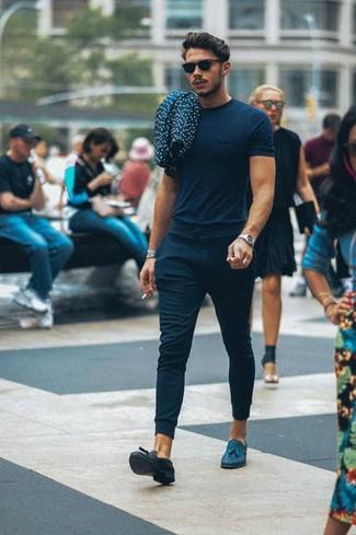 Cómo combinar: camiseta con cuello circular azul marino, pantalón de chándal azul marino, mocasín con borlas de cuero azul marino, gafas de sol negras