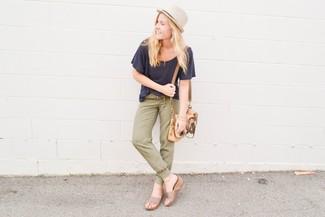 Cómo combinar: camiseta con cuello circular azul marino, pantalón de chándal verde oliva, sandalias con cuña de ante en beige, bolso bandolera de cuero marrón claro