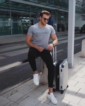 Cómo combinar una maleta plateada: Para un atuendo tan cómodo como tu sillón intenta ponerse una camiseta con cuello circular estampada gris y una maleta plateada. Tenis de cuero blancos dan un toque chic al instante incluso al look más informal.