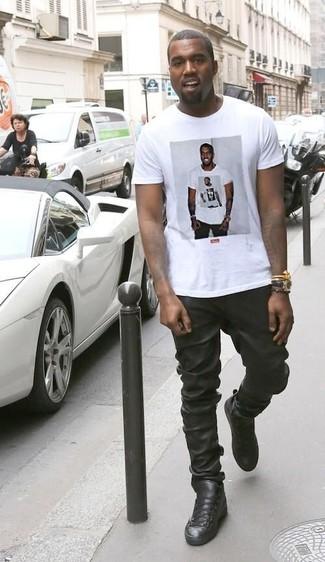 Look de Kanye West: Camiseta con Cuello Circular Estampada Blanca, Pantalón de Chándal de Cuero Negro, Zapatillas Altas de Cuero Negras, Reloj de Cuero Negro