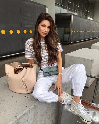 Look de moda: Camiseta con cuello circular de rayas horizontales celeste, Pantalón de chándal blanco, Zapatillas altas de cuero en beige, Bolsa tote de cuero en beige