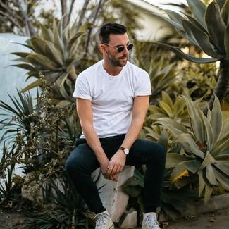 Cómo combinar: camiseta con cuello circular blanca, pantalón de chándal negro, zapatillas altas de lona blancas, gafas de sol negras