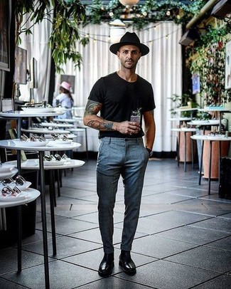 Cómo combinar: camiseta con cuello circular negra, pantalón de vestir de tartán gris, botines chelsea de cuero negros, sombrero de lana negro