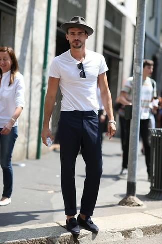 Cómo combinar: camiseta con cuello circular blanca, pantalón de vestir azul marino, mocasín con borlas de ante azul marino, sombrero de lana gris