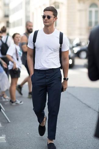 Cómo combinar: camiseta con cuello circular blanca, pantalón de vestir negro, mocasín de ante negro, mochila de lona negra